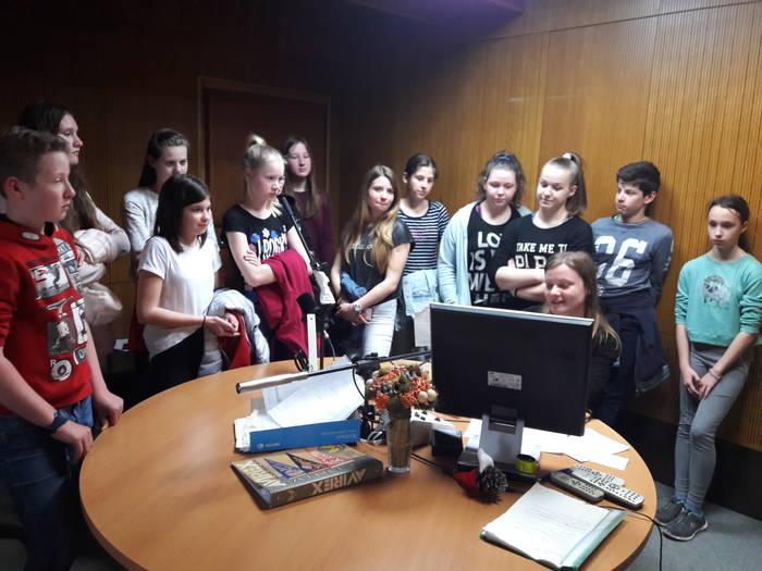 Učenci izbirnega predmeta šolsko novinarstvo so obiskali Radio Krka